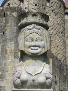 Buste de la dame Carcas devant la porte narbonnaise