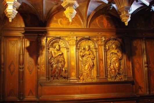 Celui de droite sous le vocable de la Sainte Vierge était l'ancien autel de paroisse dont les panneaux sculptés lui servaient de retable. La niche centrale contient la Vierge et l'Enfant. A sa droite, on reconnaît saint Jean-Baptiste et, à sa gauche, sainte Geneviève tenant un cierge à la main.
