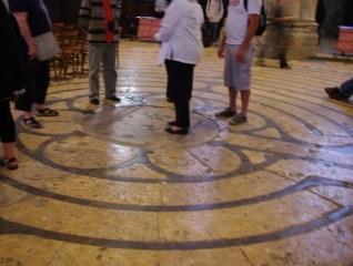 Au centre du labyrinthe où nous sommes à présent, est la rose à 6 lobes de l'aboutissement du labyrinthe sauvage de lumière.. Autrefois, il était question de parler de