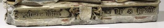 L?inscription « Nostre Dame de Grasse » est en langue d?oïl et sa graphie évoquerait plutôt les régions bourguignonne ou bourbonnaise. À la période révolutionnaire, les armoiries ont été bûchées (effacées avec un outil de sculpteur) et ne permettent plus d?identifier le commanditaire.