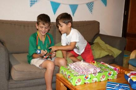 Geschenke-Öffnen um 5.45h, vor dem Morgenessen, bevor es in die Schule geht!