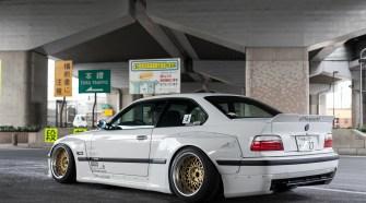 Секрет в том, что культура японского тюнинга и сама философия постройки автомобилей оказали существенное влияние на множество разных стилей и направлений в модификации, что дает уникальную возможность применить их где угодно и когда угодно. BMW 3 серии в 36 кузове, пожалуй, один из примеров доработки европейских автомобилей в стиле JDM.BMW E36 Coupe Rocket bunny