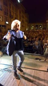 """Grillo in piazza Marconi ricorda i 'mandrogni col grano' di tanti anni fa: """"Ora siete sull'orlo della depressione di massa"""" CorriereAl"""