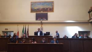 Folla e applausi al primo consiglio comunale di Palazzo Rosso: Locci eletto presidente, mentre nell'aria aleggia 'l'affaire' Aral CorriereAl 1