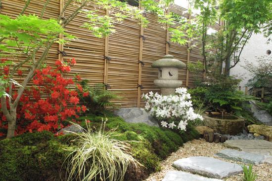Un Dcor Japonais Dans Un Petit Jardin Lombre Le