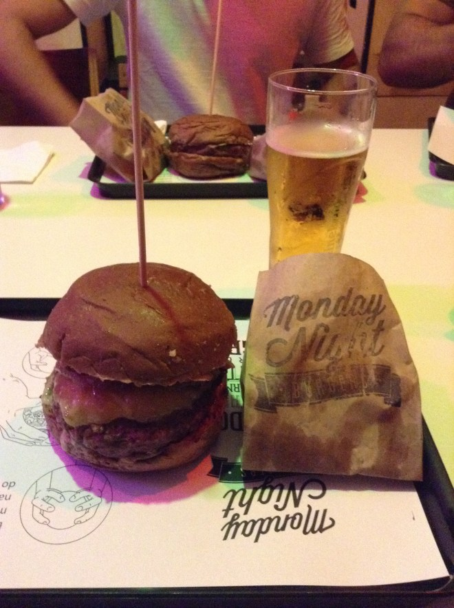 Monday Night Burgers - Burger - Magali Viajante