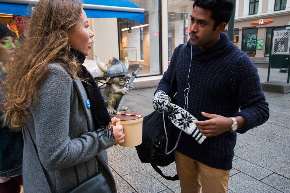Mens mange lagde minirevyen satte også en del ut i Oslos gater for å skaffe publisitet. Her er PR-gruppen ute i håp om å skaffe billettkjøpere og støtte.