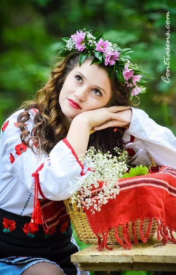 femeie cu coronita de flori