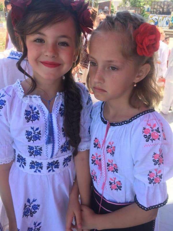 doua fetite in rochii populare