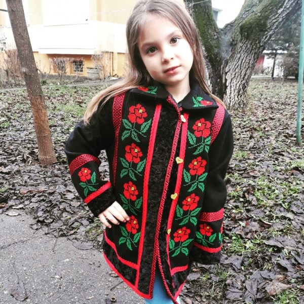fetita ipingea haine muzica populara