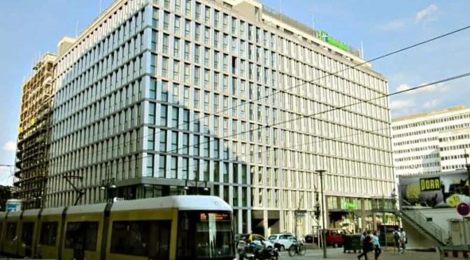 """vDer stattliche Gebäudekomplex mit den neuen Hotels in Alex-Nähe """"Holiday Inn"""" und """"Hotel INDIGO""""."""