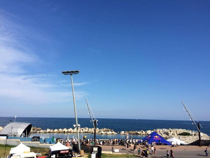 Das Primavera Sound mit dem Mittelmeer im Hintergrund