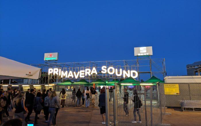 """Eingangsbereich des Primavera Sound Festivals. Eine sich bewegende Schrift des """"Primavera Sound""""-Schriftzugs ziert den Einlass"""