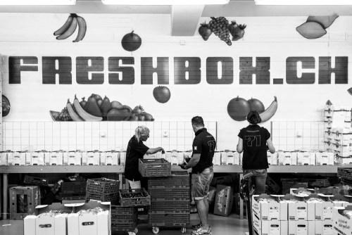 Unsere Freshbox-Produktion am Früchteboxen abpacken