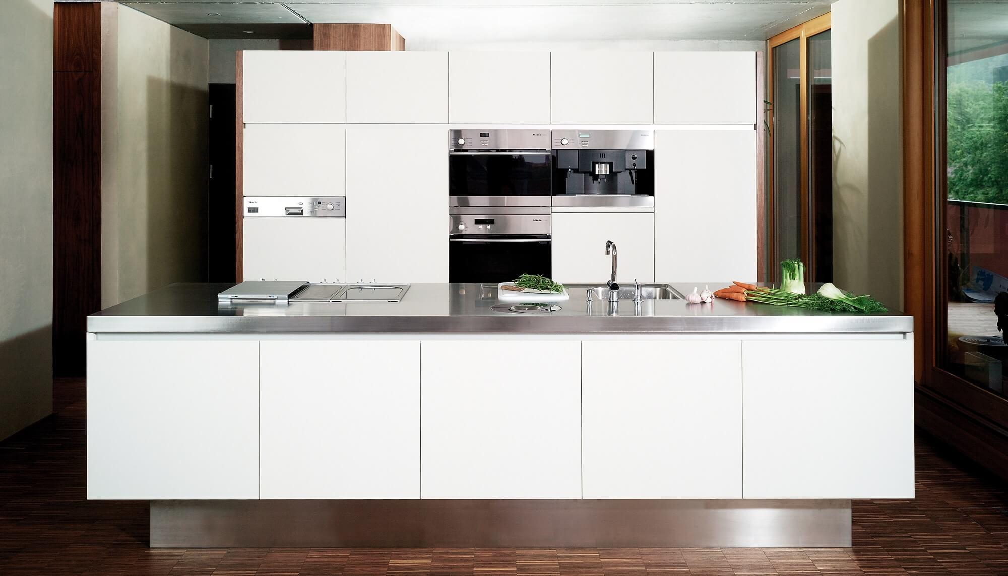 Klassische Kücheninsel Mit Weißen Fronten