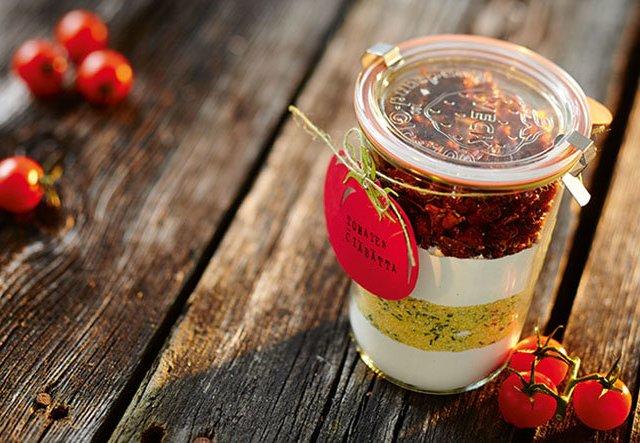 Lecker verschenken: Tomaten-Ciabatta im Glas