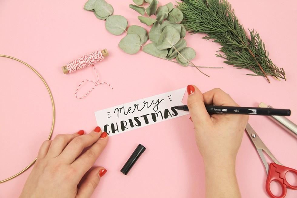Makerist-Weihnachtsdeko-selbermachen-Eukalyptus-Kranz-mit-weihnachtlichem-Handlettering-basteln-3