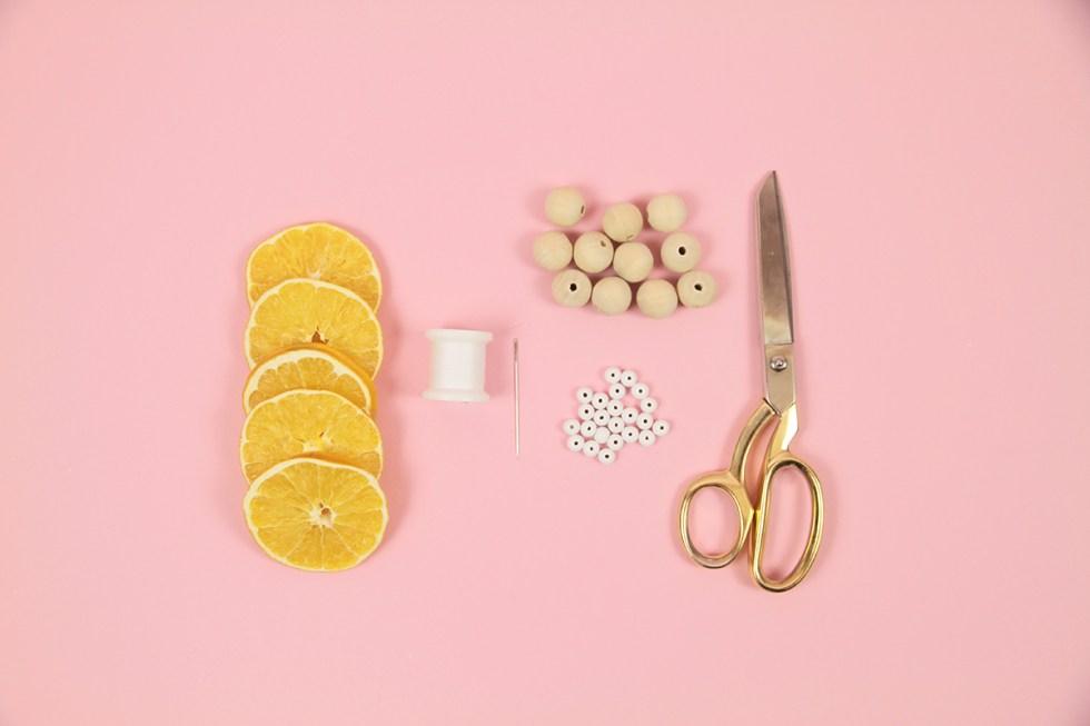Makerist-Weihnachtsdeko-selbermachen-Orangen-Kette-basteln-2