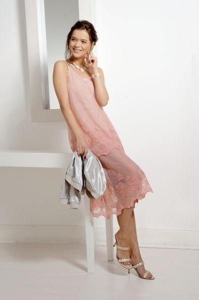 Makerist-Festliche-Kleidung-für-die-Feiertage-selber-nähen-19-Anleitungen-mit-Schnittmuster-Rosafarbenes-Tüllkleid-mit-Stickerei-Bordüre