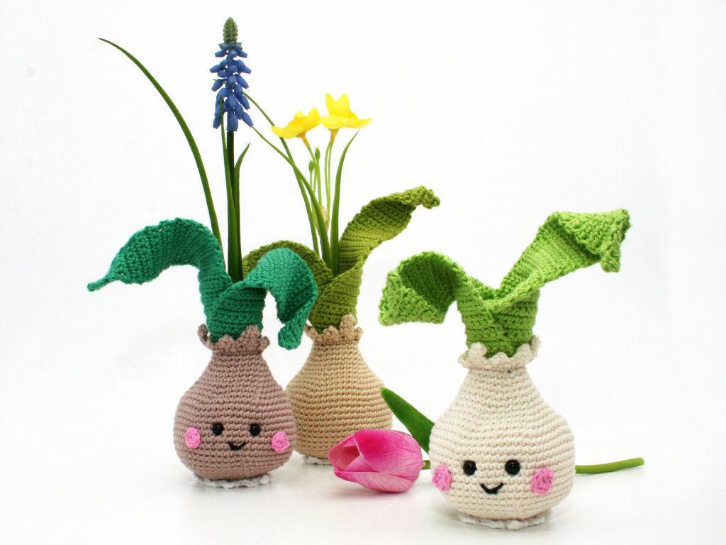 Makerist-Deko-selber-machen-15-tolle-Wohnaccessoires-für-Zuhause-Blumenvase-Frühlingszwiebel-häkeln