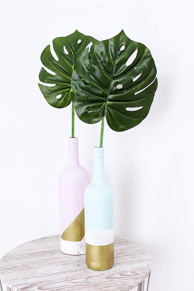 Makerist-Deko-selber-machen-15-tolle-Wohnaccessoires-für-Zuhause-Vase-aus-Weinflaschen-1