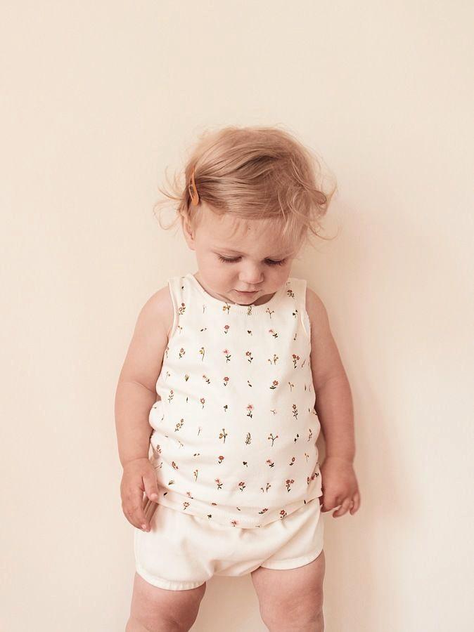 Makerist-Kindermode-für-den-Sommer-15-Anleitungen-zum-Selbernähen-Ärmelloses-Shirt-Wildflower
