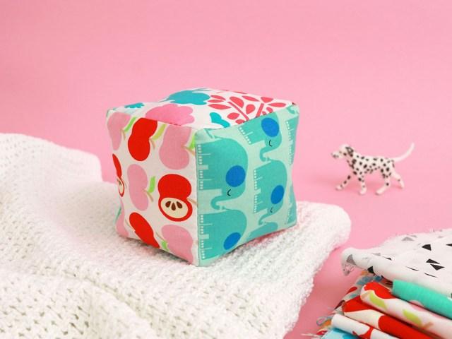 Makerist-Rasselwuerfel-naehen-Babyspielzeug-selber-machen-1