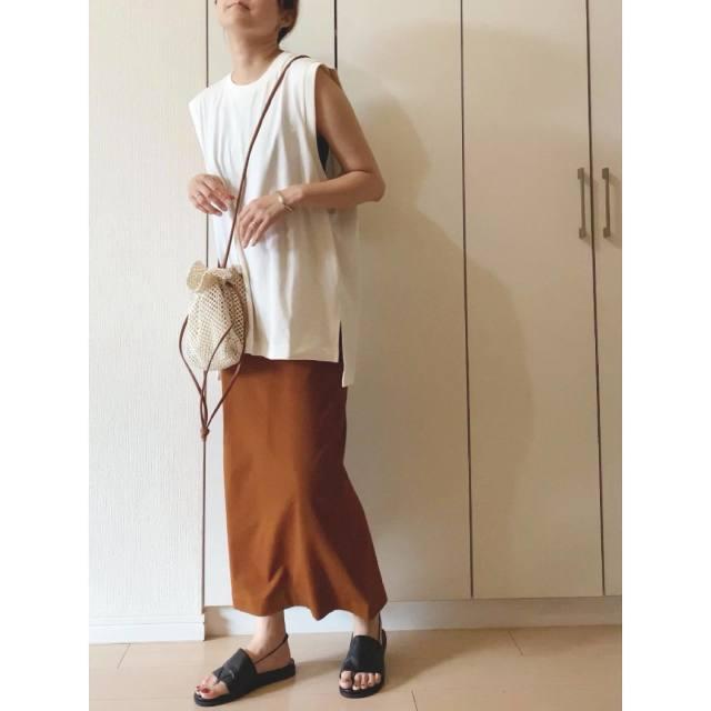 「#マメクロ」買ったけどどうコーデしよう? ファッショニスタのリアルコーデ8選/Uniqlo and Mame Kurogouchi(ユニクロ アンド マメ クロゴウチ)/#マメクロゴウチ/エアリズムコットンオーバーサイズT(ノースリーブ)× エアリズムコットンスリットスカート