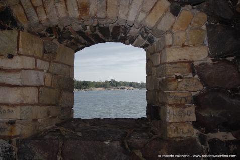 Helsinki. Vista da una delle poche finestre ricavate nelle mura fortificate dell'isola di Suomenlinna