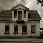Una casa abbandonata sulla strada per la città vecchia di Trakai