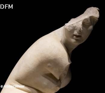 Crop Afrodite al bagno accovacciata