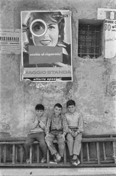 BAMBINI E PUBBLICITÀ DELLA STANDA 1950 CIRCA