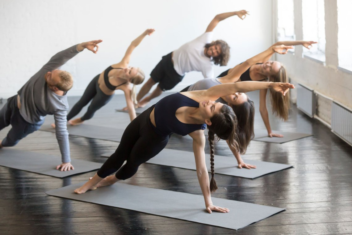 vinyasa yoga - cos'è, le posizioni e i benefici per la salute