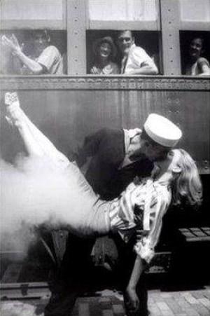 23 Imperdibili foto di baci, abbracci e addii della seconda guerra mondiale