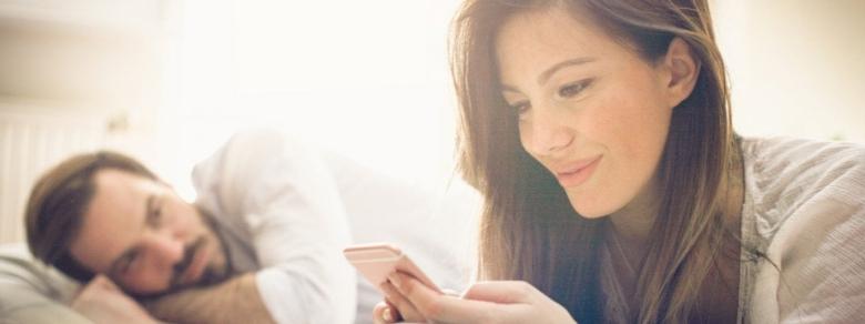 Controllare le conversazioni del partner sui social: giusto o sbagliato?