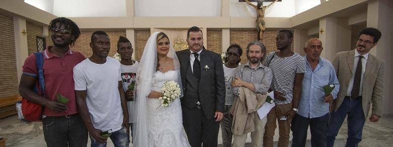Coppia di sposini napoletani invita migranti alle nozze
