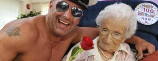 Per il suo centesimo compleanno ha voluto uno spogliarellista