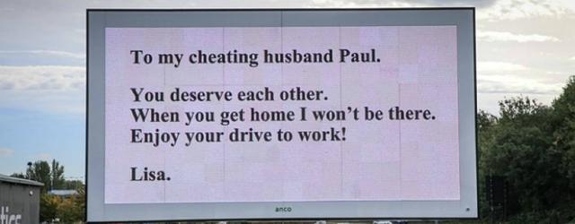 Si vendica del marito con un cartello pubblicitario