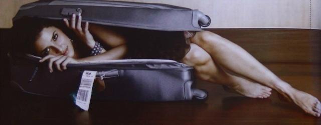 Ti seguirò ovunque: ragazza nascosta nella valigia del partner