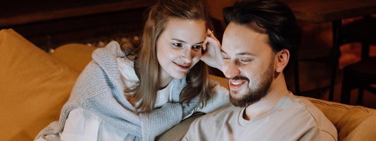 Relazione di coppia: qual è il significato del modo di stare sul divano ?