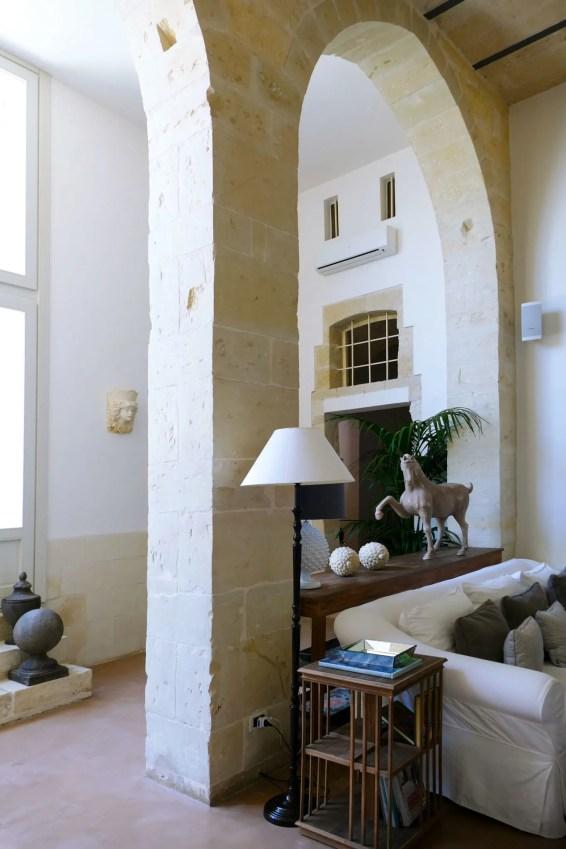 Il salotto della dimora storica Don Totu, a San Cassiano (LE)
