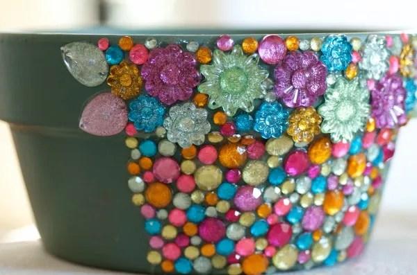 decorare i vasi con pietre colorate