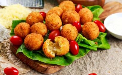 arancini - ricetta - tagliere pomodorini e lattuga