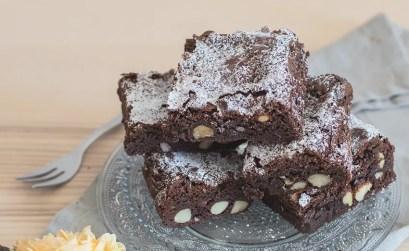 Brownies al cioccolato americani con mandorle e nocciole