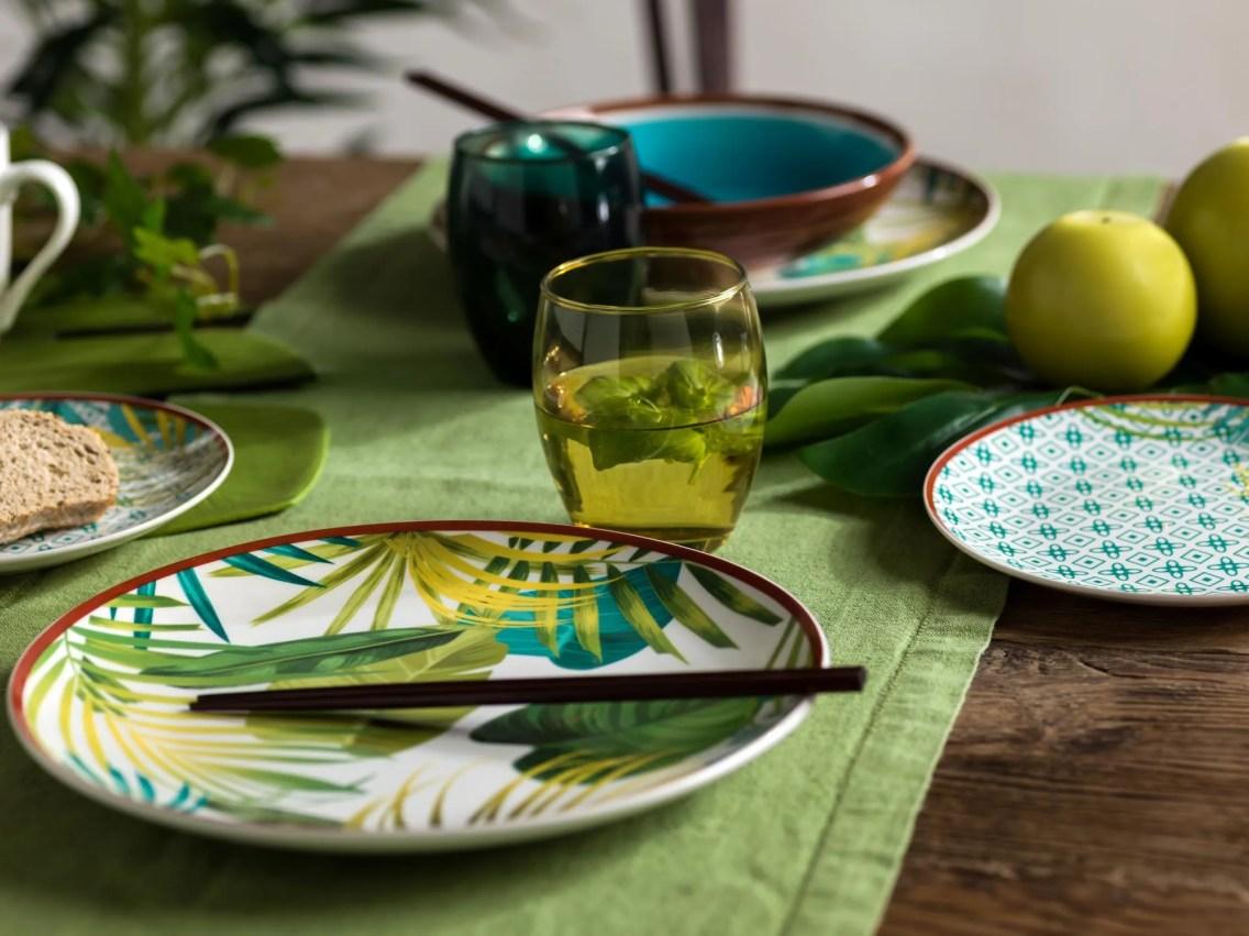 Tognana propone un servizio piatti che mixa trame tropicali e geometriche.