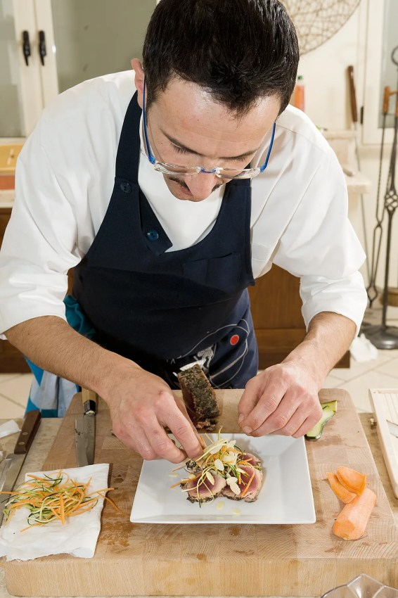 Il tonno tataki in questo caso è servito con una julienne di verdure.
