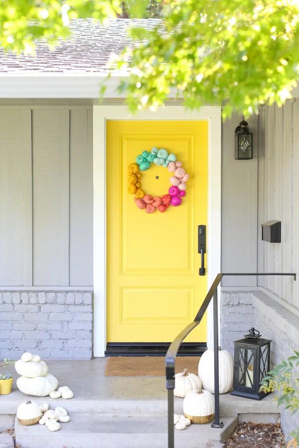 decorazioni per halloween - ghirlanda zucche colorate su porta gialla