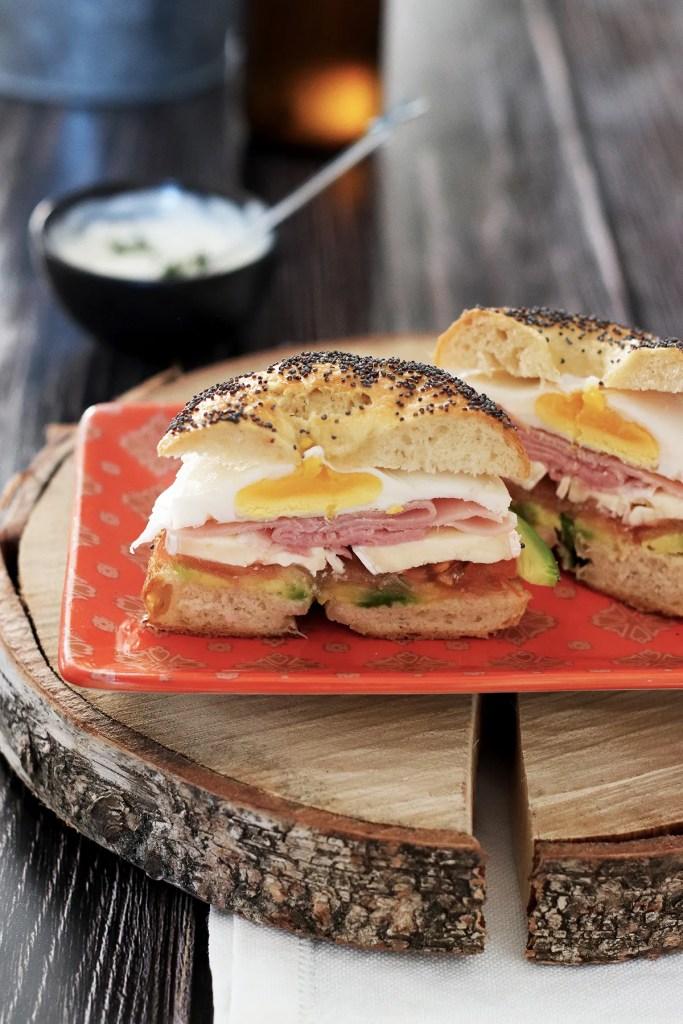 Bagel sandwich con avocado e uova: la ricetta
