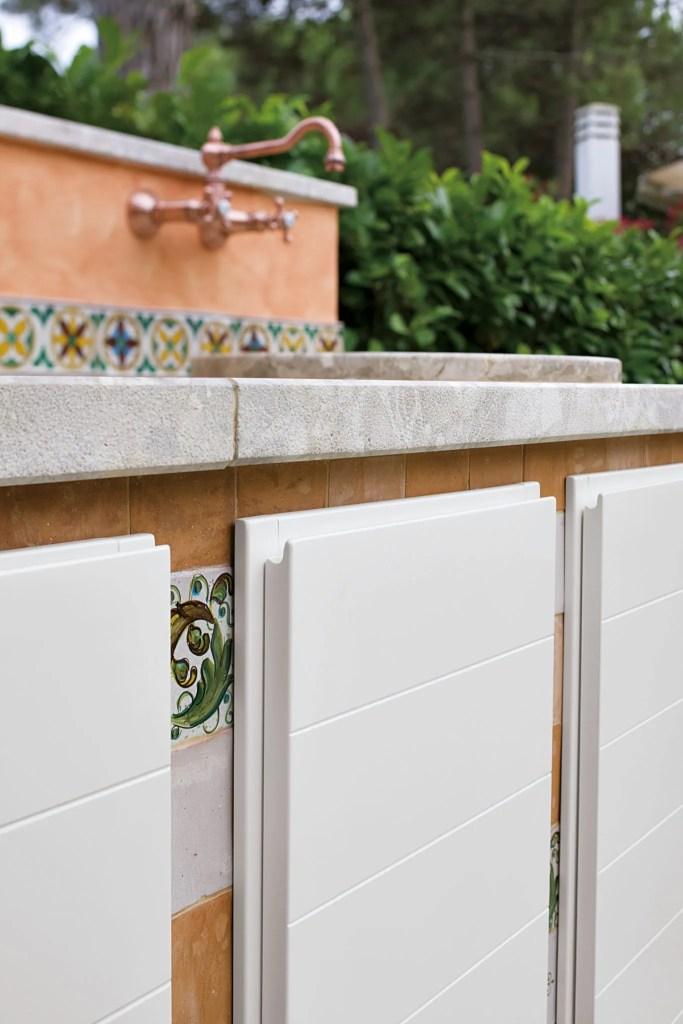 Stile provenzale per una cucina outdoor progettata su ...