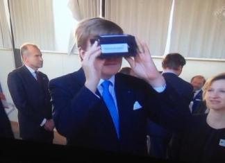 Koning Willem Alexander bekijkt virtuele wereld met Google Cardboard